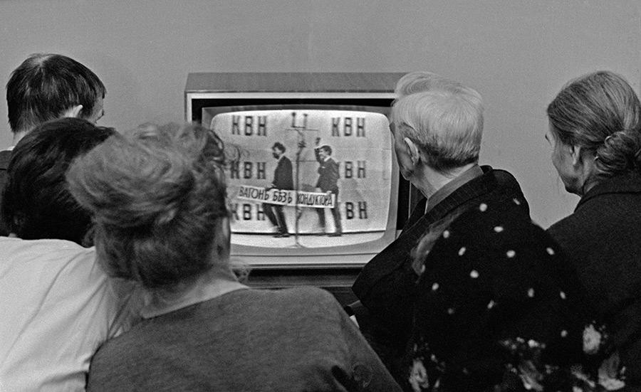 Московская семья смотрит телепередачу «КВН», 1960-е годы.